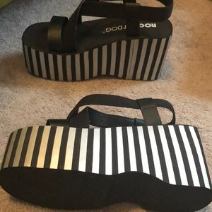 Pumped sandals. Stripes that are silver